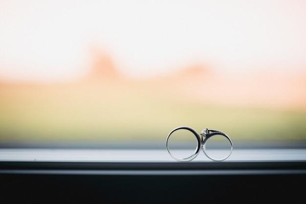 Due anelli di nozze nel segno dell'infinito. concetto di amore