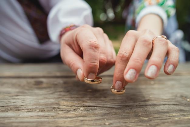 Due anelli di nozze su legno