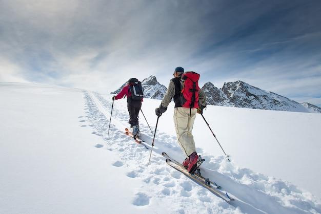 Due anziani sciatori alpini
