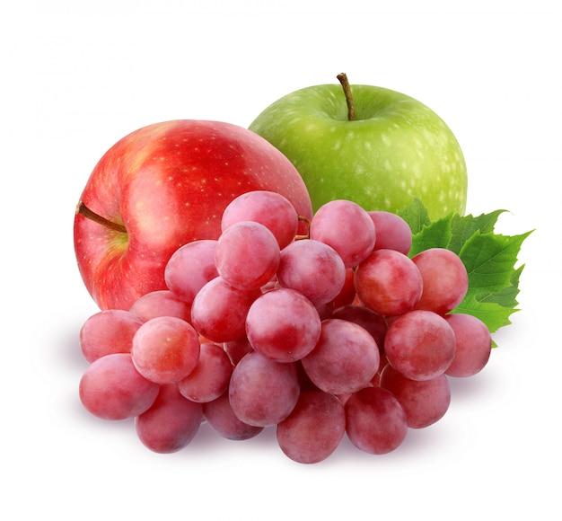 Due apple e pennello di uva rossa con gocce d'acqua con foglie, isolato su sfondo bianco.