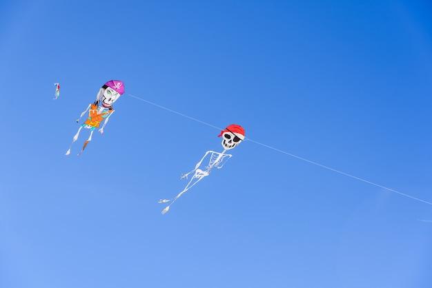 Due aquiloni pirata a forma di scheletro, figure divertenti da giocare nelle calde giornate estive in spiaggia.