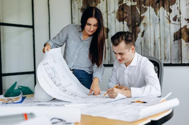 Due architetti professionisti stanno lavorando al disegno