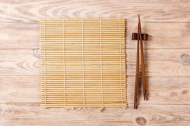 Due bacchette sushi con stuoia di bambù vuota