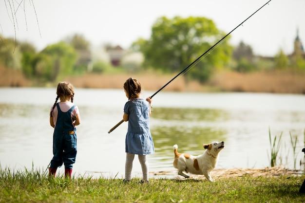 Due bambine che pescano