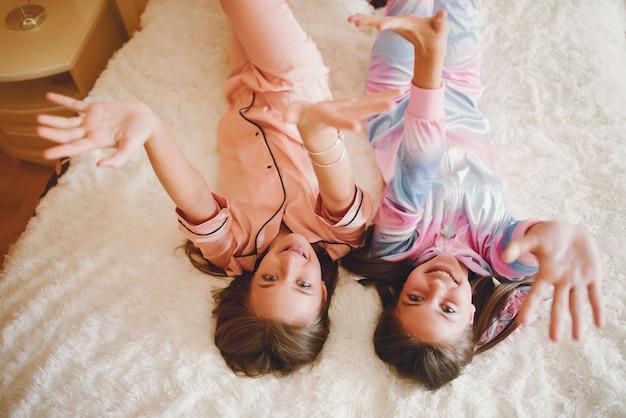 Due bambine in un pigiama carino