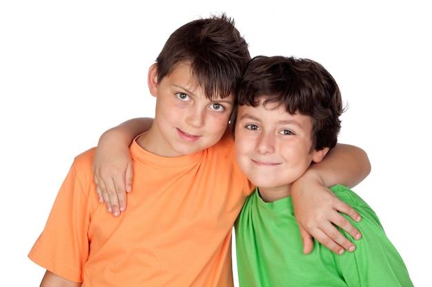 Due bambini divertenti isolati su sfondo bianco