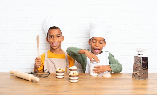 Due bambini fratelli afroamericani vestiti da chef