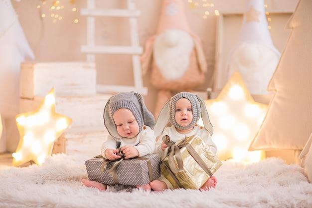 Due bambini in costume di natale