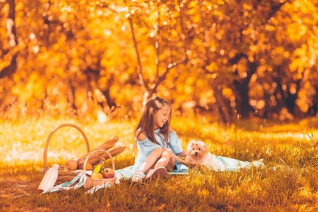 Due bambini piccoli picnic nel parco