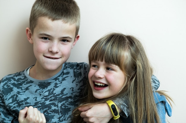 Due bambini ragazzo e ragazza che scherzano divertendosi insieme.