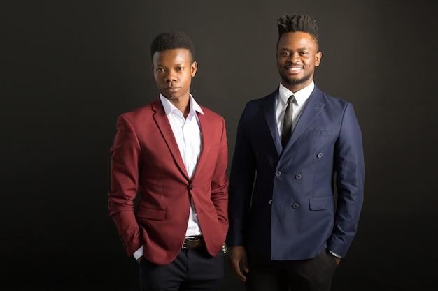 Due bei uomini africani in giacca e cravatta