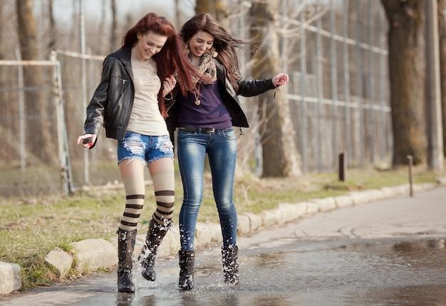 Due belle adolescenti che camminano insieme