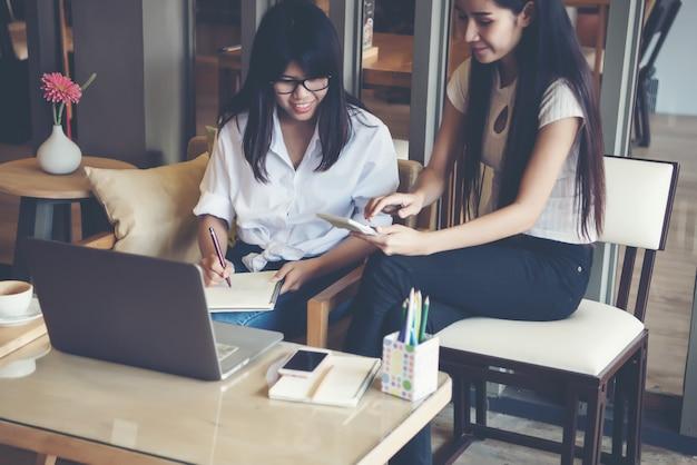 Due belle donne che lavorano in un coffee shop