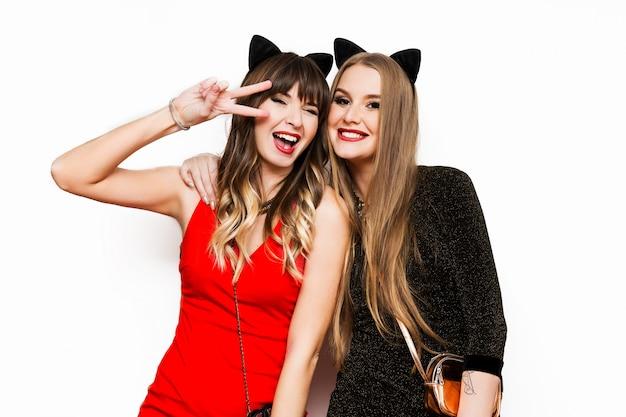 Due belle donne nelle orecchie di carnevale di gatto