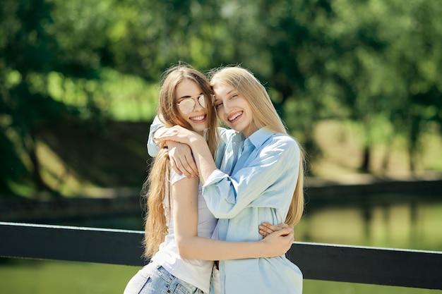 Due belle giovani donne che si abbracciano