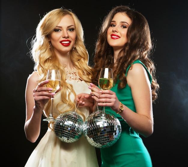 Due belle giovani donne con bicchieri di vino