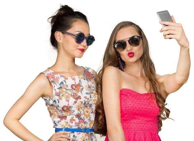 Due belle ragazze che fanno selfie