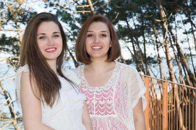 Due belle ragazze che godono le vacanze estive delle coppie del lgbt di vacanze estive