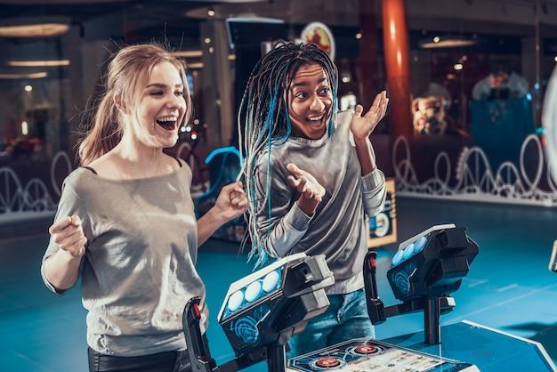 Due belle ragazze hanno vinto la partita.