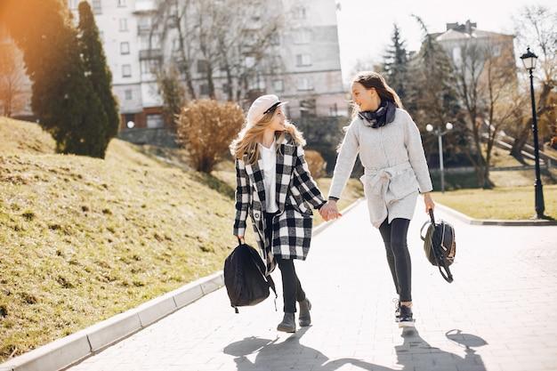 Due belle ragazze in un parco di primavera