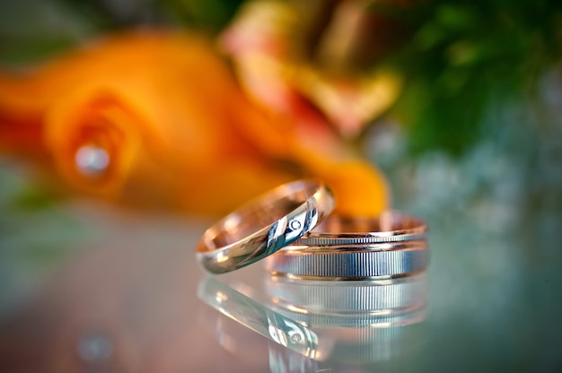 Due bellissimi anelli dorati sfocati