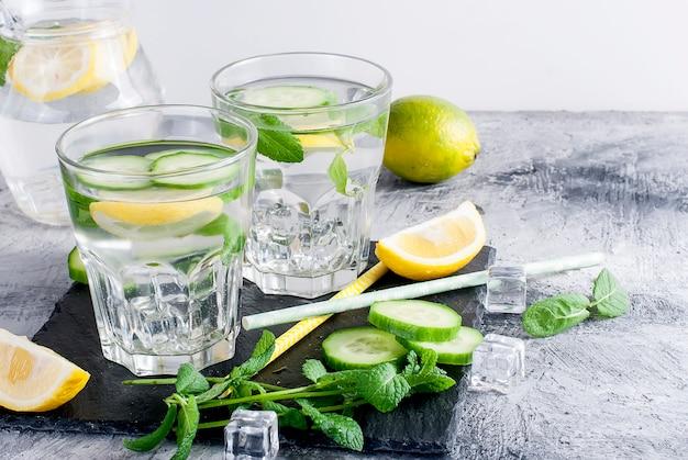 Due bicchieri con detox fresco cetriolo biologico, limone e acqua di menta