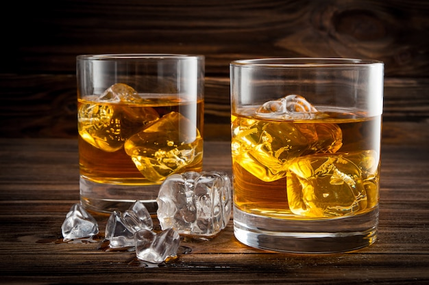 Due bicchieri con ghiaccio e whiskey