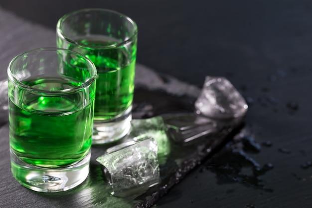 Due bicchieri di assenzio e cubetti di ghiaccio sciolti