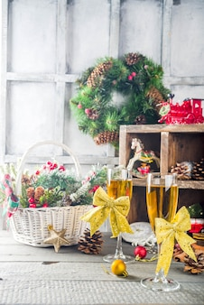Due bicchieri di champagne con decorazioni natalizie