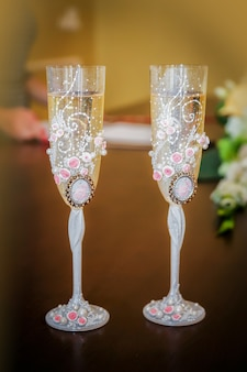 Due bicchieri di champagne di champagne stanno sul tavolo