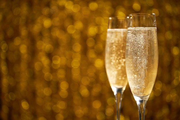 Due bicchieri di champagne su oro, copia spazio
