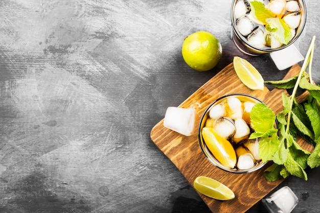 Due bicchieri di cocktail cuba libre su uno sfondo scuro. vista dall'alto, copia spazio. sfondo di cibo