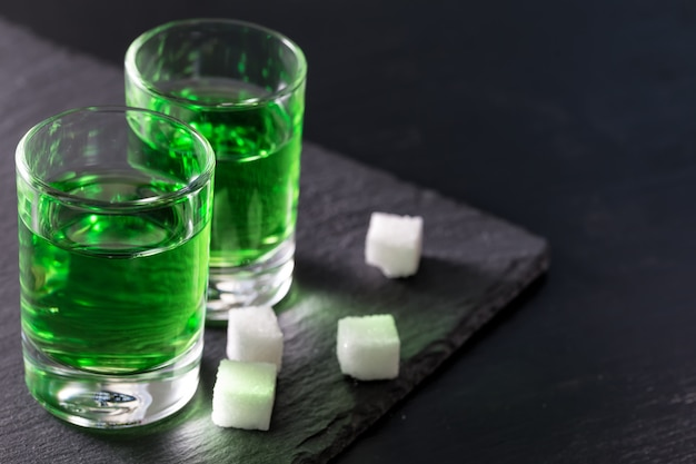 Due bicchieri di forte assenzio e zucchero
