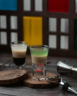 Due bicchieri di misti cocktail al latte caramello
