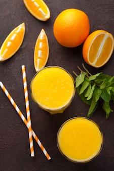 Due bicchieri di succo d'arancia appena spremuto.
