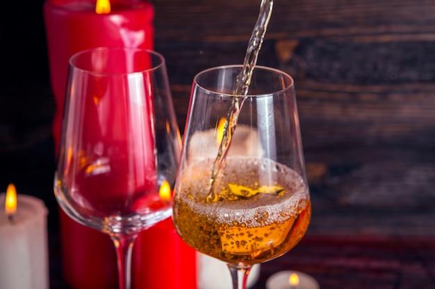 Due bicchieri di vino e candele