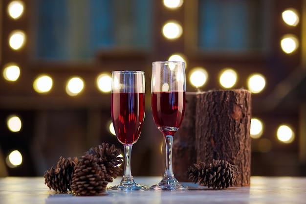 Due bicchieri di vino su fondo in legno