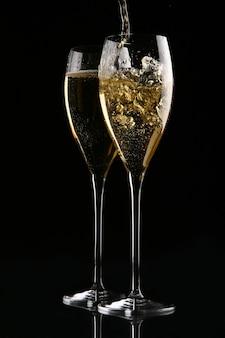 Due bicchieri eleganti con champagne oro