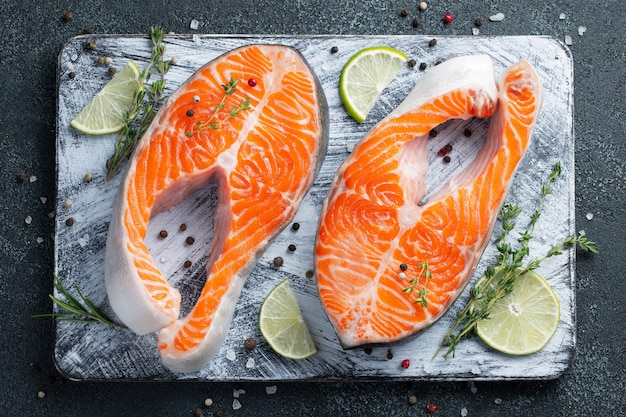 Due bistecche di salmone o trota fresche crude.