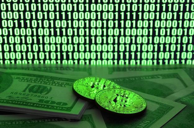 Due bitcoin si trova su una pila di banconote da un dollaro