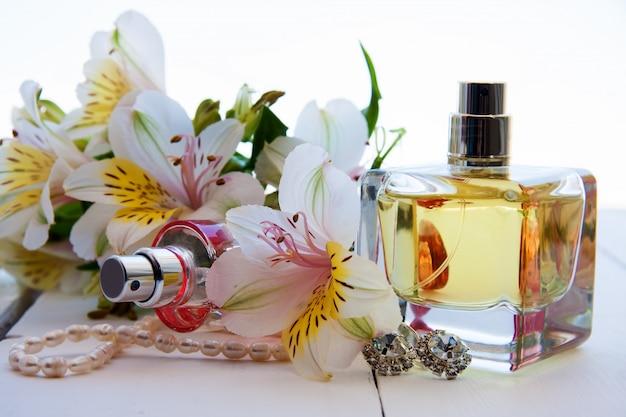 Due bottiglie di profumo con fiori