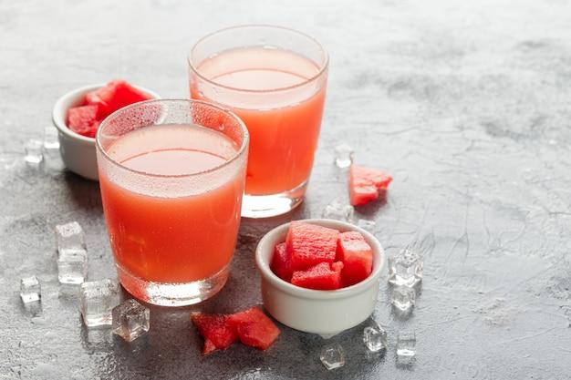 Due bottiglie di succo di anguria