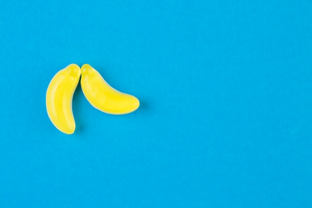 Due caramelle alla banana su sfondo blu