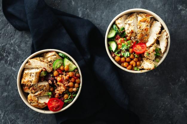 Due ciotola di buddha. designazione asiatica della tavola di vista superiore del piatto sano di cibo