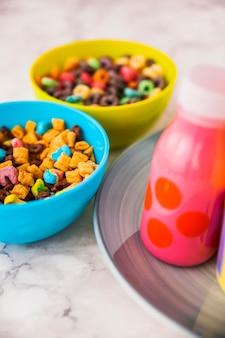 Due ciotole di cereali con una bottiglia di latte