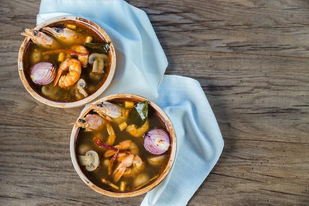 Due ciotole di minestra tailandese di yum di gatto
