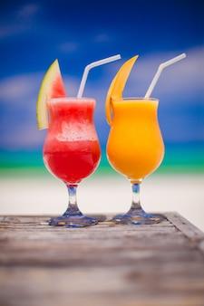 Due cocktail di anguria fresca e mango di stupendo mare turchese