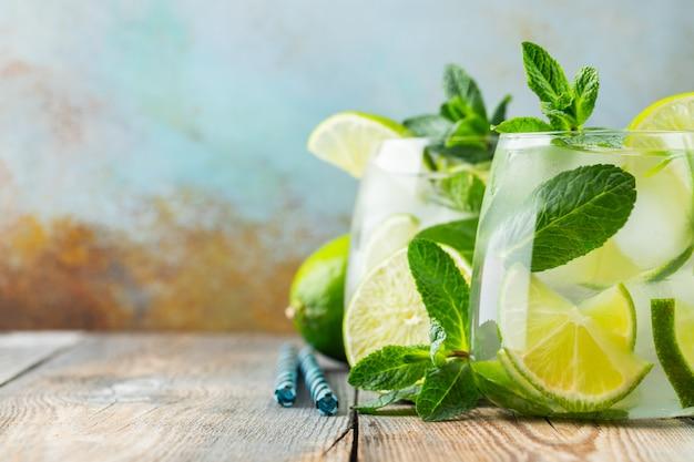 Due cocktail mojito con cubetti di ghiaccio in un bicchiere.