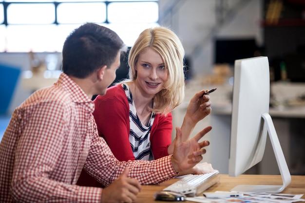 Due colleghi che lavorano alla scrivania del computer