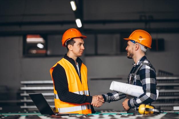 Due colleghi in una fabbrica